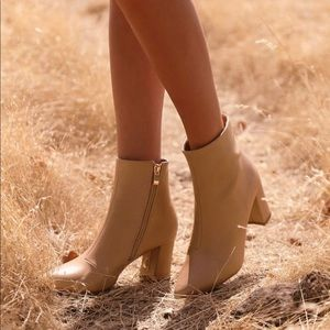 New without tAg nude booties